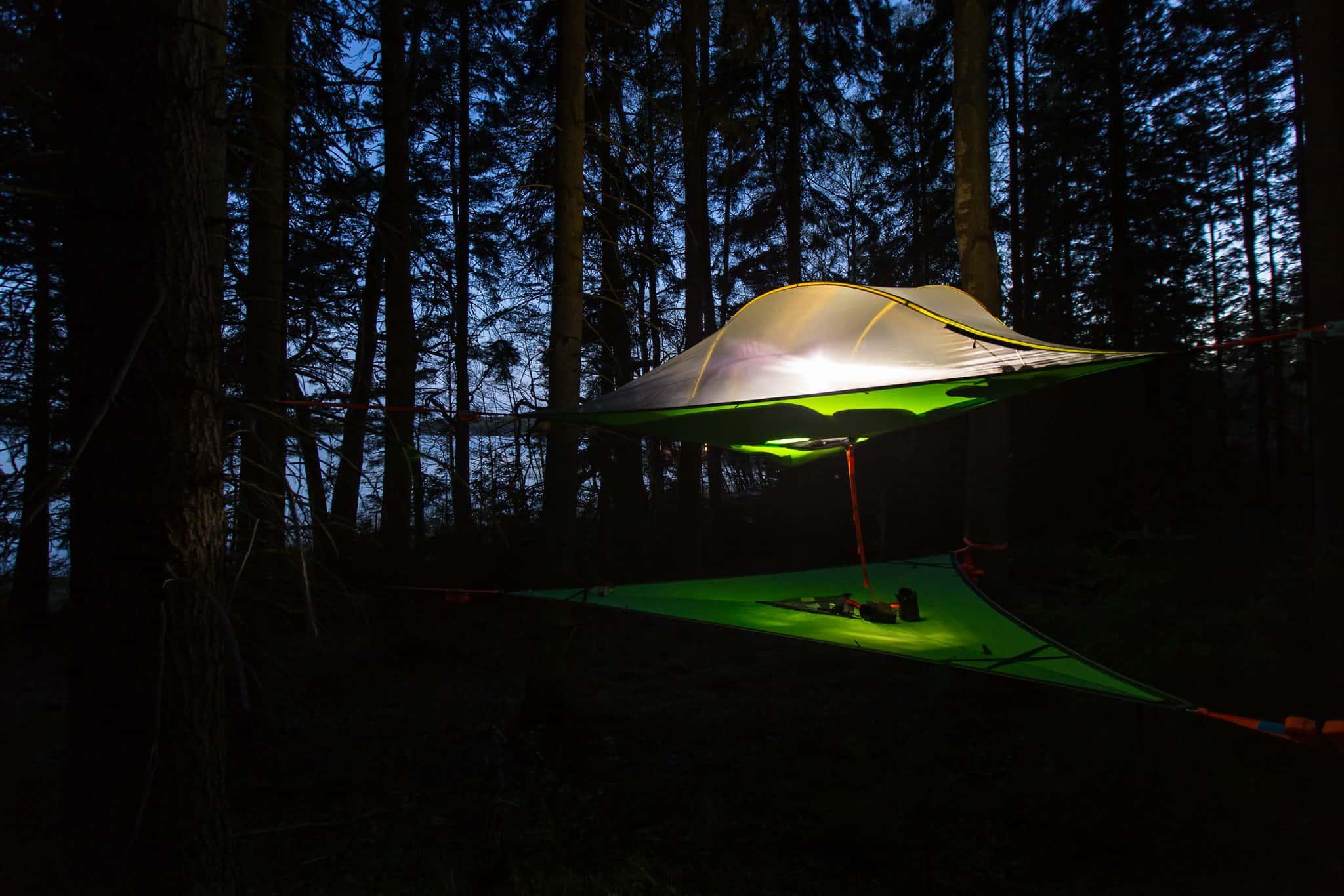 Kuvassa Tentsile-teltta ja alakerros puuhun kiinnitettyinä.