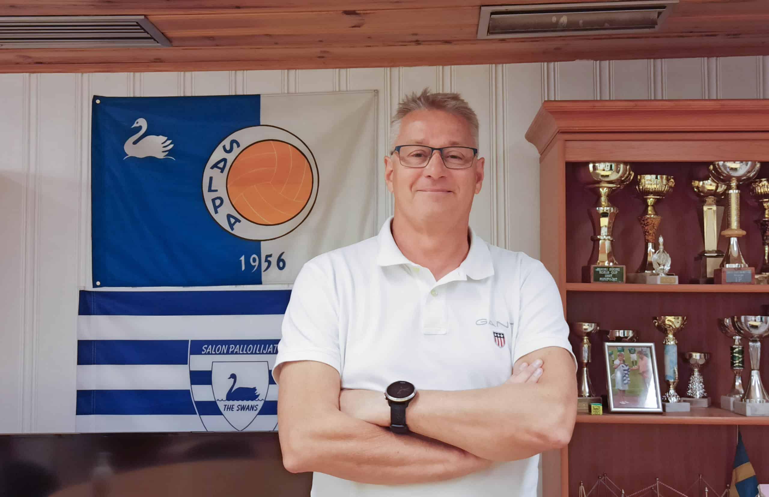 Jukka Toivonen seisoo Salon Palloilijoiden lipun edessä.