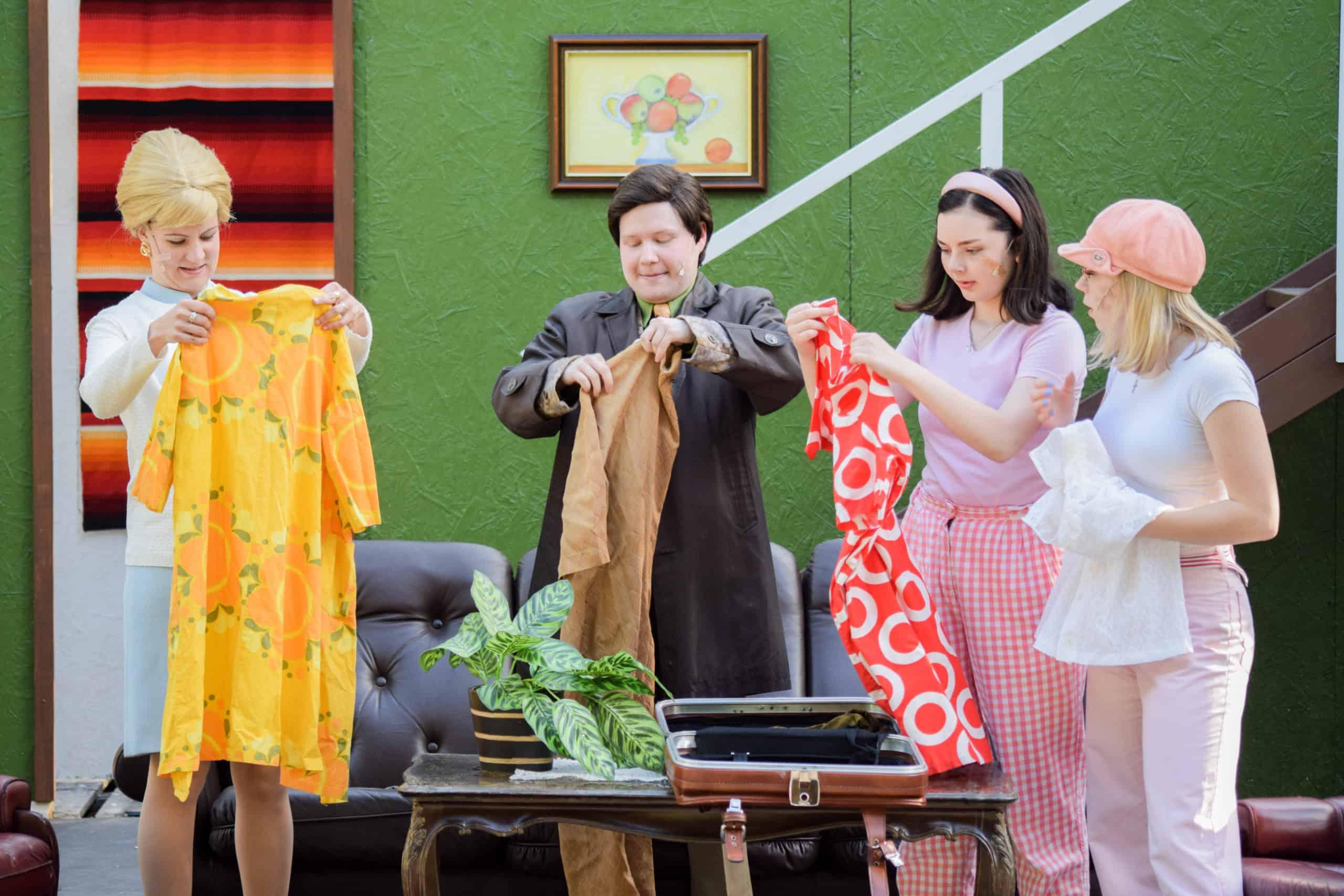 Näyttelijöillä käsissään 60-luvun muotivaatteita.
