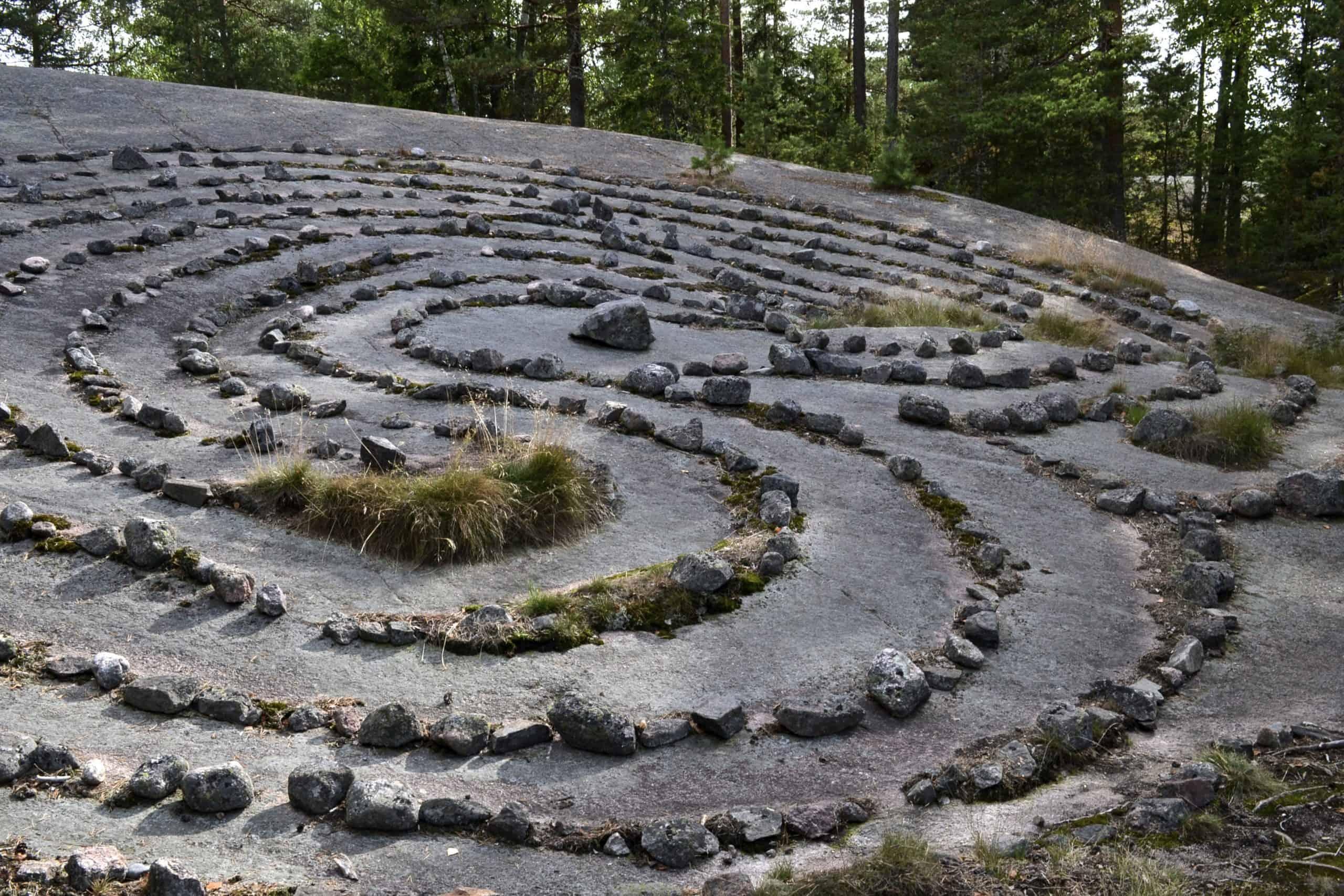 Labyrinttimainen kivimuodostelma kalliolla.
