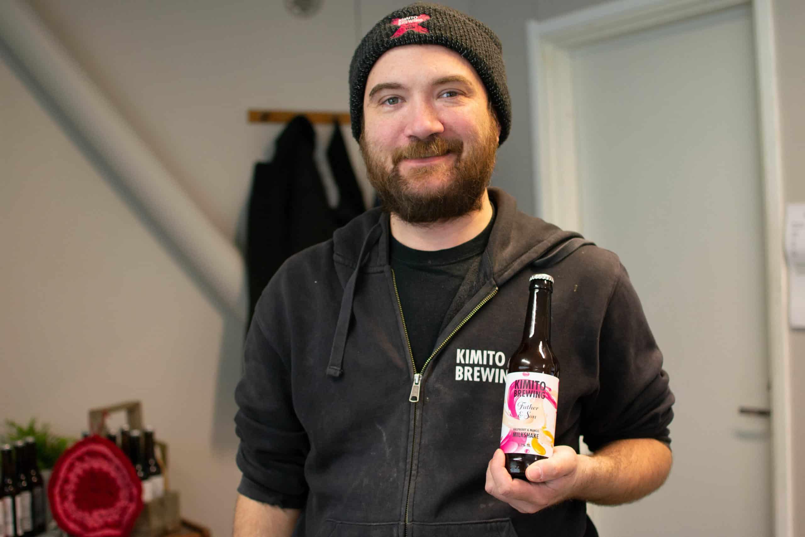 Jonas Sahlberg esittelee poikansa kanssa yhteistyössä syntynyttä olutta.