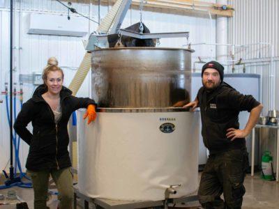 Jonas Sahlberg och Stina Meller-Sahlberg i bryggeriet.