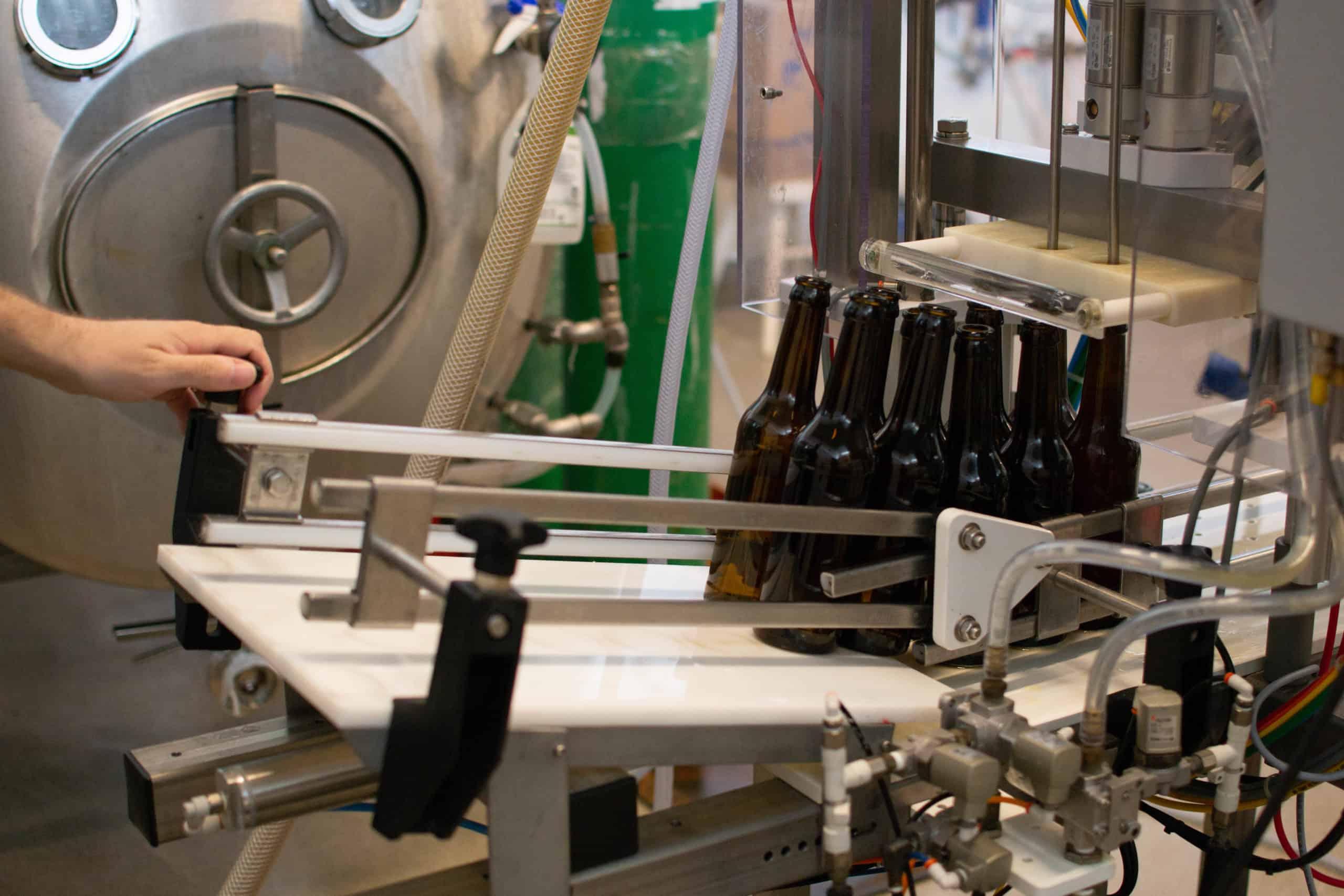 Kimito Brewingin uusi pullotuskone.