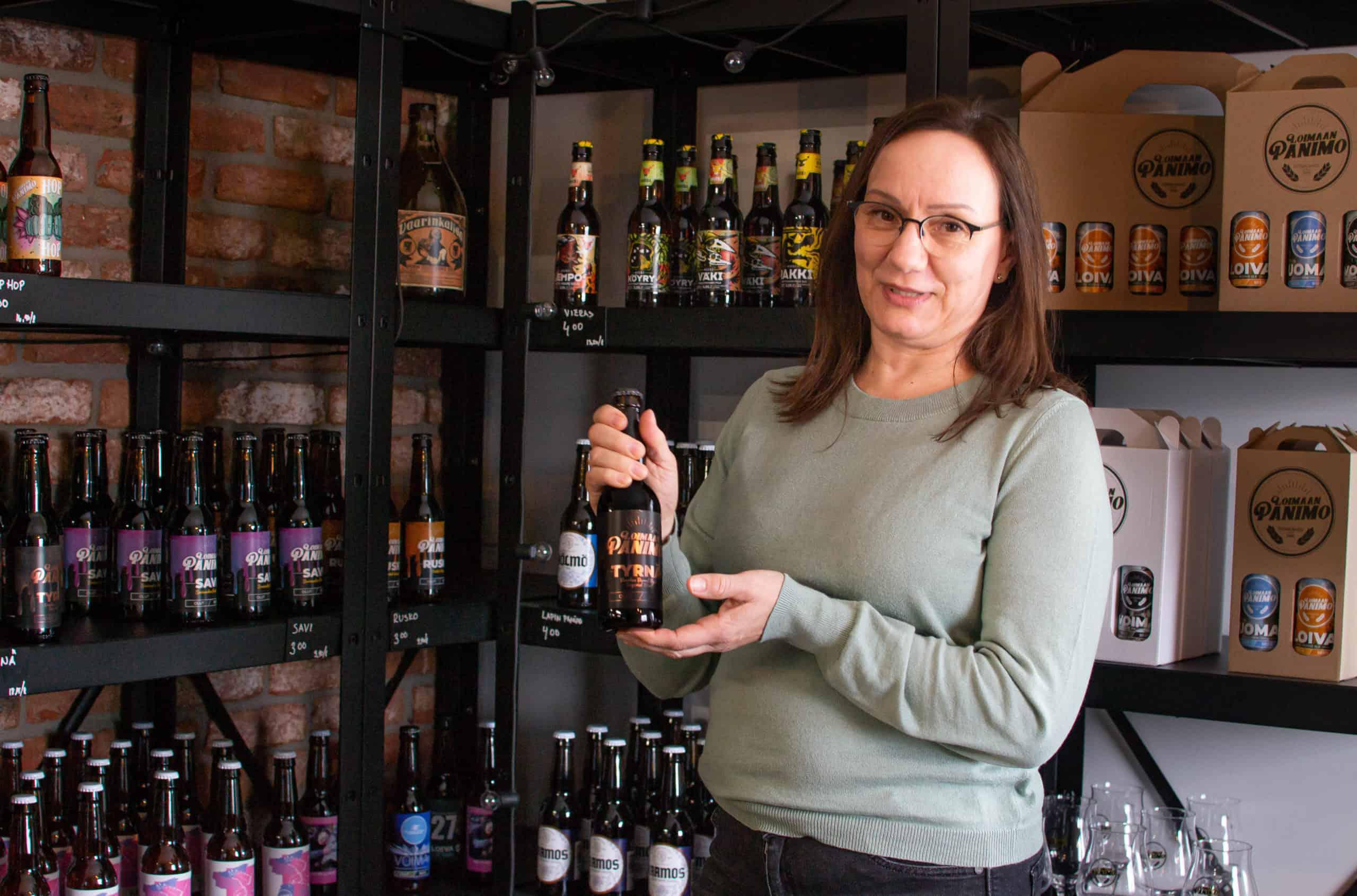 Loimaan Panimon toimitusjohtaja Niina Vesanen esittelee Tyrnä-olutta