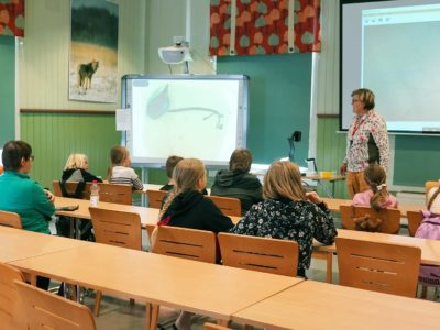 Minna Lukkala luennoi ötököistä lapsille.