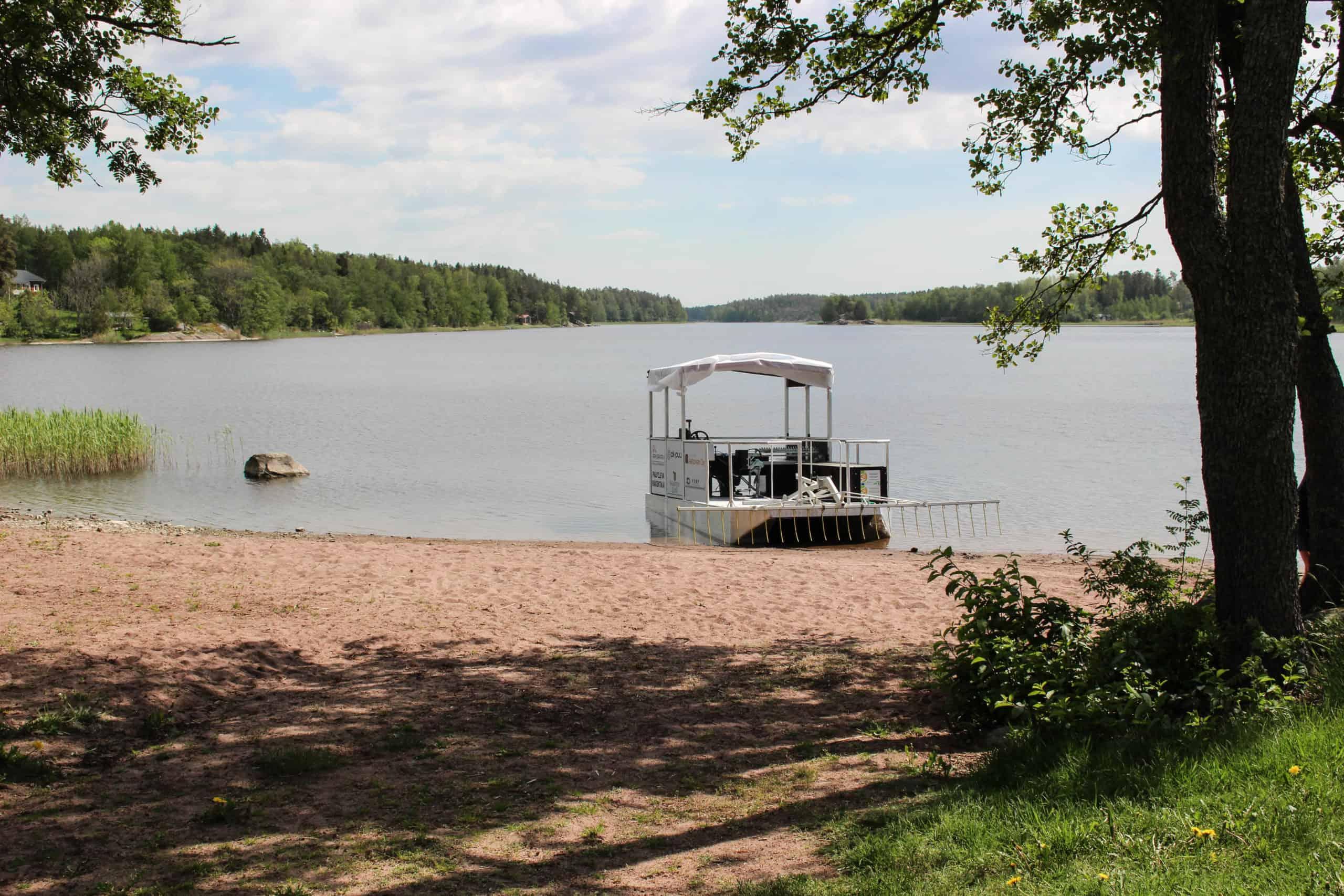 KaislaYara parkissa järven rannalla.
