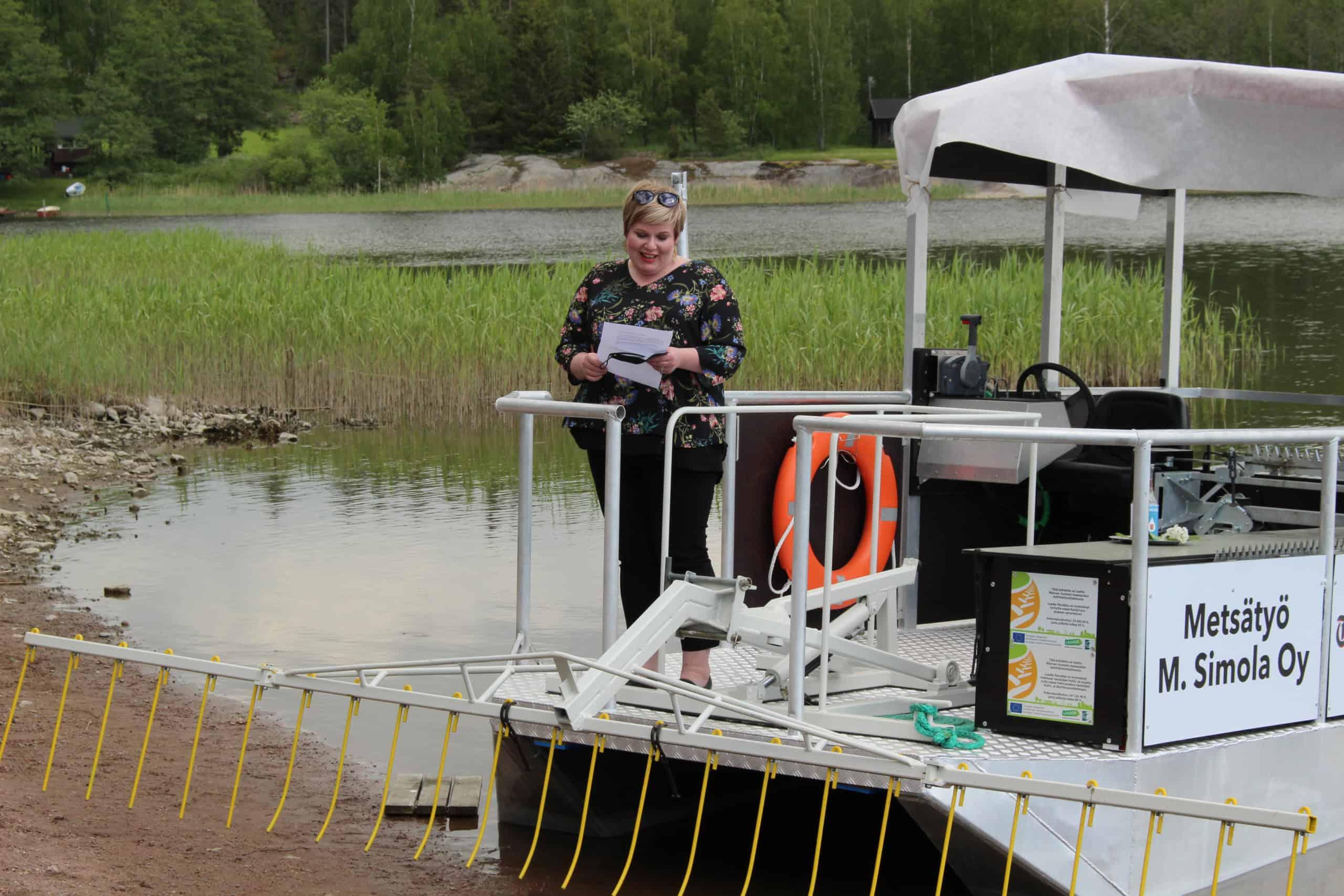 Ministeri Annika Saarikko KaislaYaran kannella pitämässä puhetta.