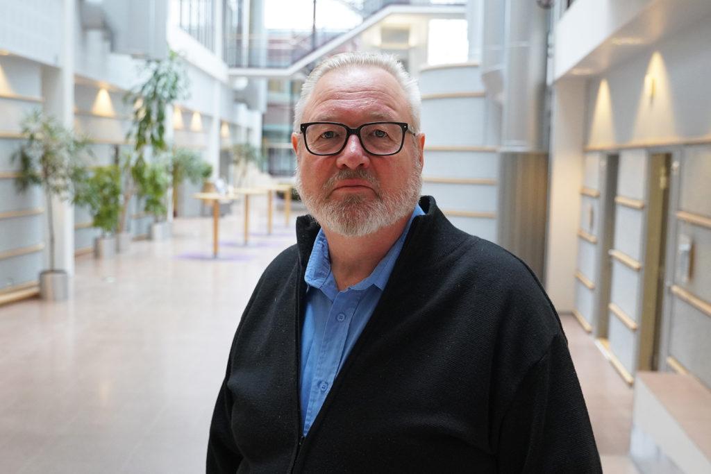 Jukka Heinonen Yrityssalon aulassa.