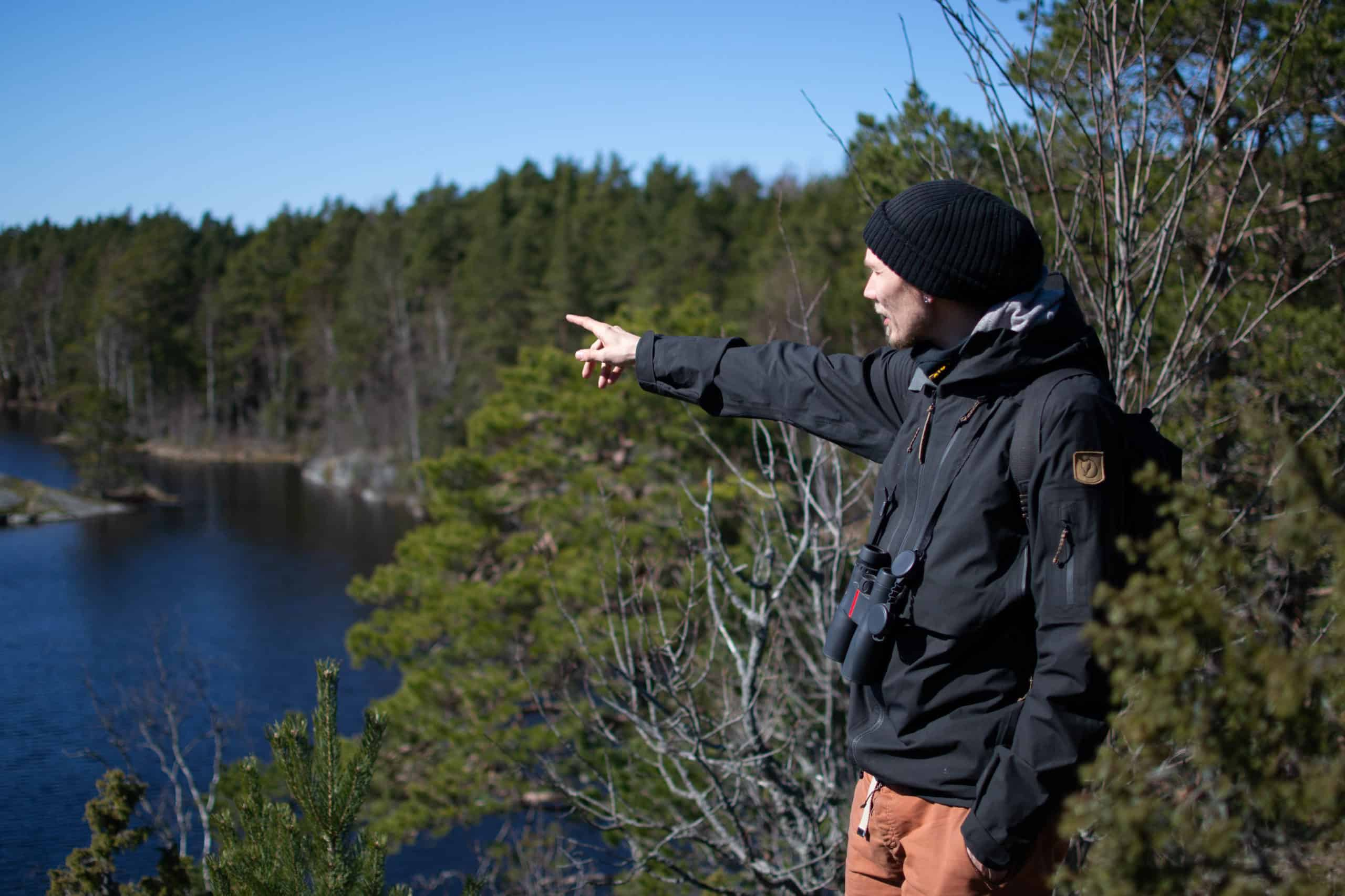 Ville Laitinen osoittaa Pienelle Masuunijärvelle päin.