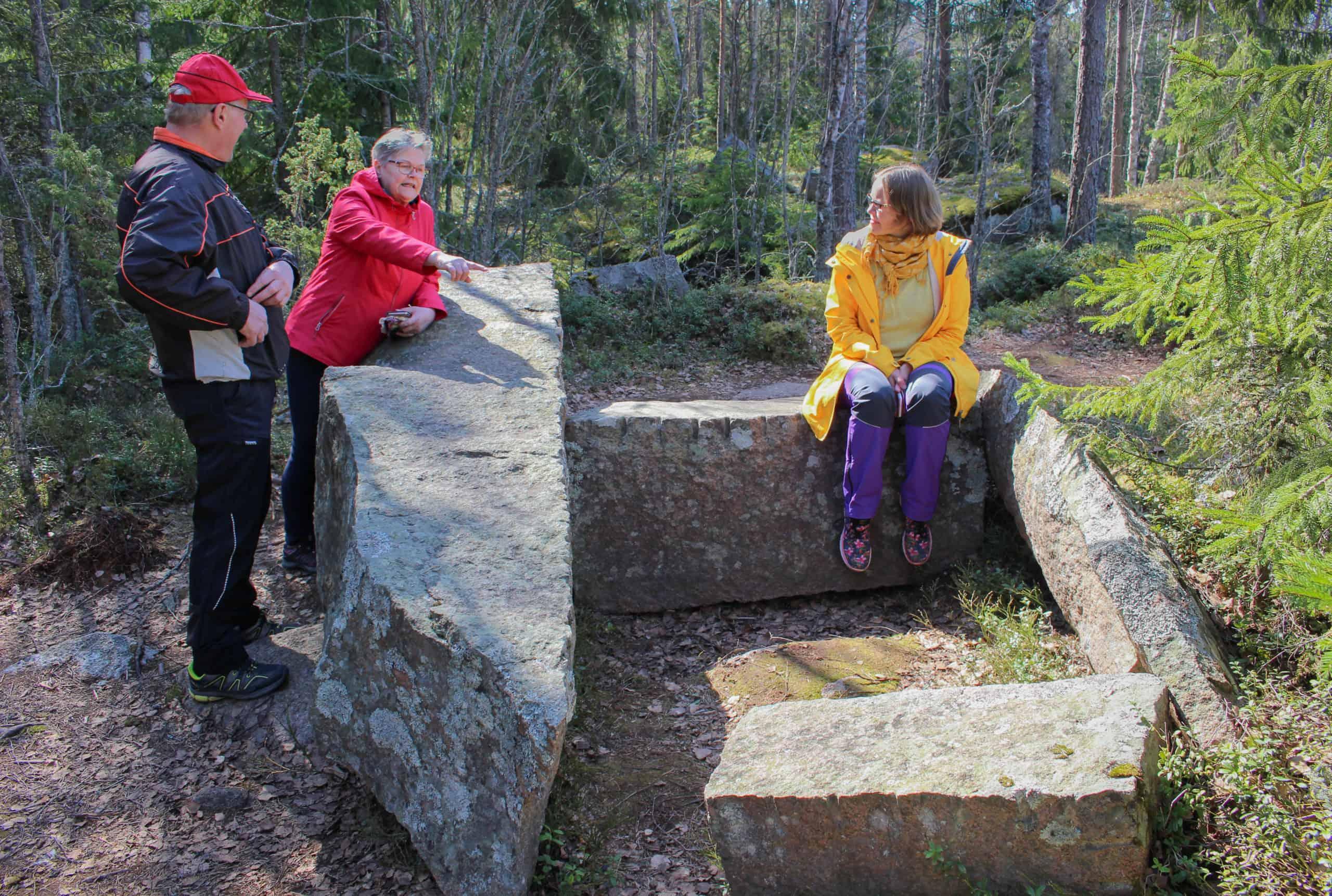 Reijo Lehtonen, Marjo Lehtonen ja Tuuli Jansson kivityömiesten taukoringillä.