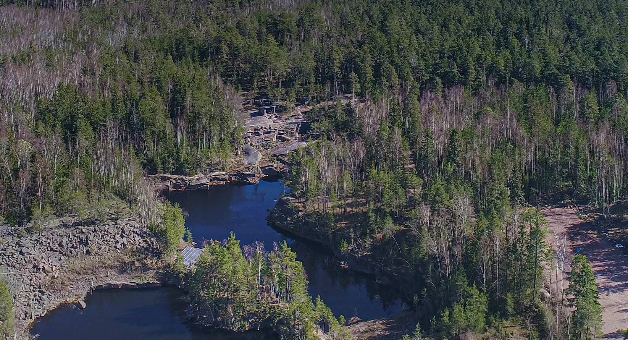 Ilmakuva Tummamäen luontopolun alueesta. Kuvassa muun muassa louhosmontut.