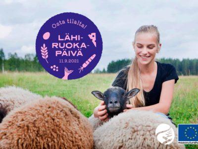 Nainen rapsuttaa lampaita laitumella, kuvan päällä Lähiruokapäivän logo.