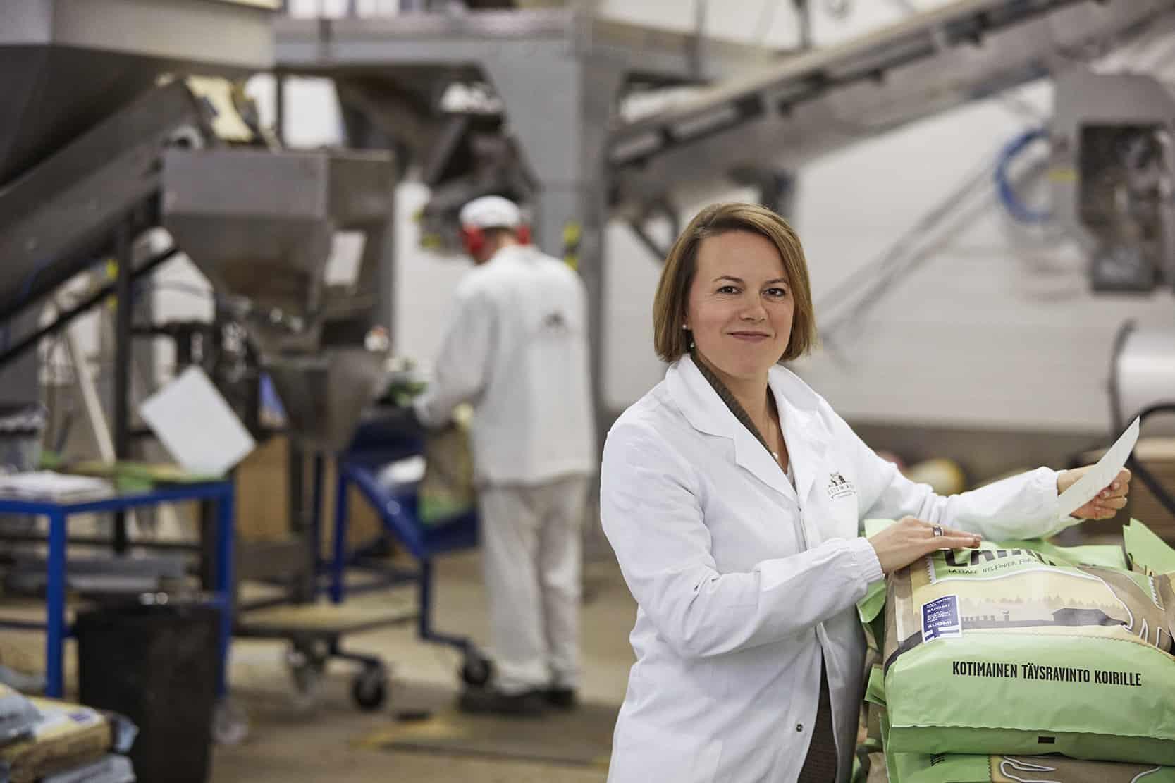 Laura Strömberg tehtaalla.