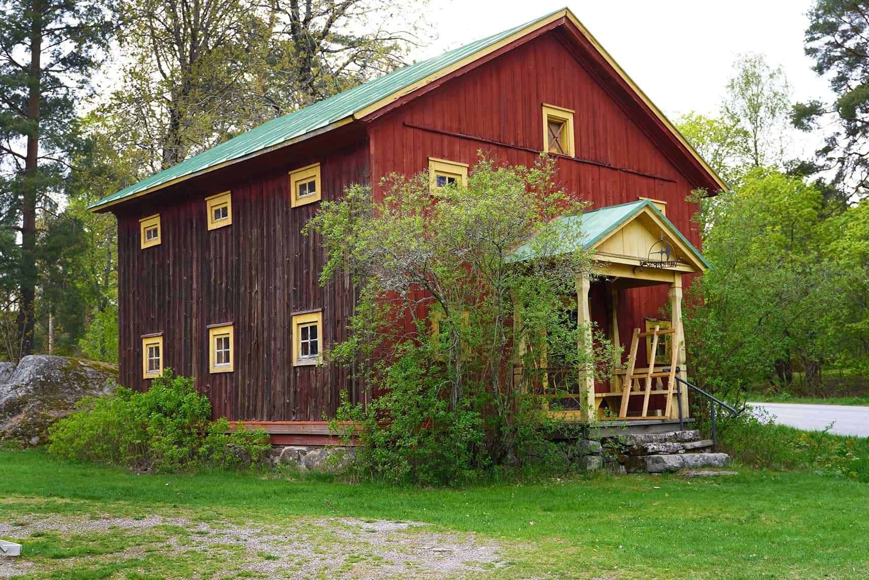 Kuvassa Lemun kotiseutumuseon punainen rakennus.