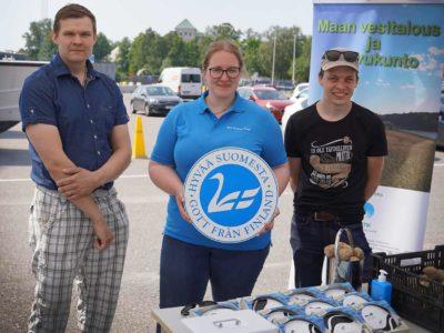 Ilkka Mäkitalo (vas.), Anna Kymäläinen ja Ilmari Hunsa seisovat messuteltassa Forum Marinumin pihalla.