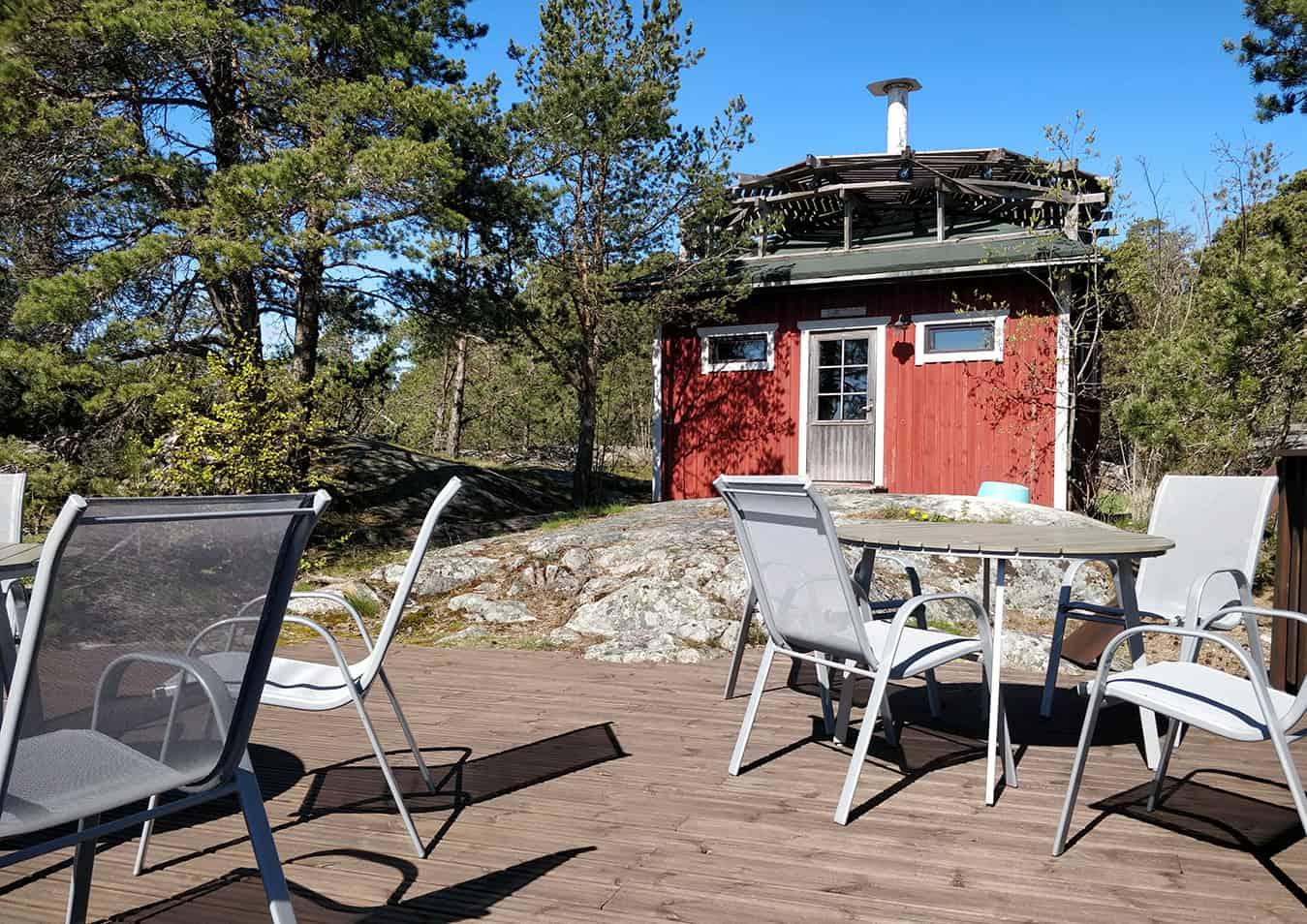 Bord och stolar på terrassen.