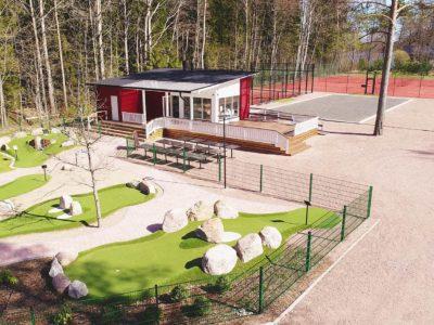 Mathildedalin Keskuspuisto. Kuvassa vasemmalla Adventure Golf, keskellä kioskirakennus ja oikealla padel- ja tenniskentät.