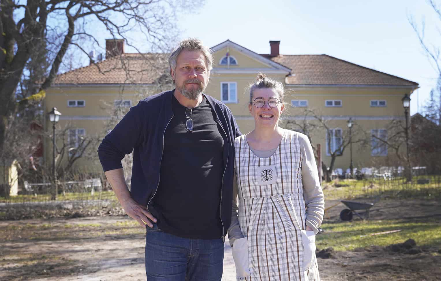 Elina Rantamäki ja Tuomo Holm kartanon edessä.