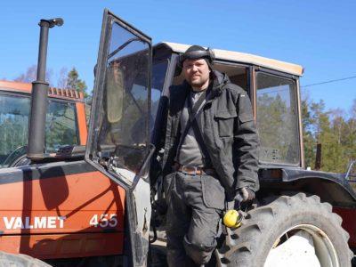 Pontus Franzén traktorin kyydissä.