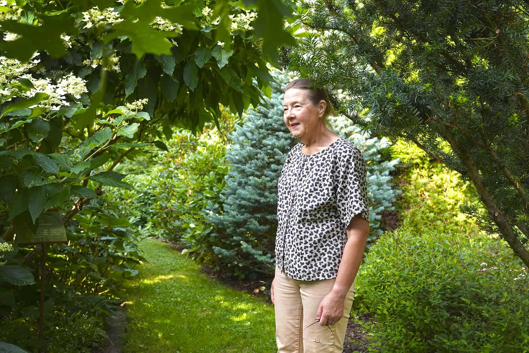 Suvi Pohjola-Stenroos puutarhassaan.