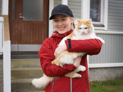 Maija Kymäläinen kissa sylissään.