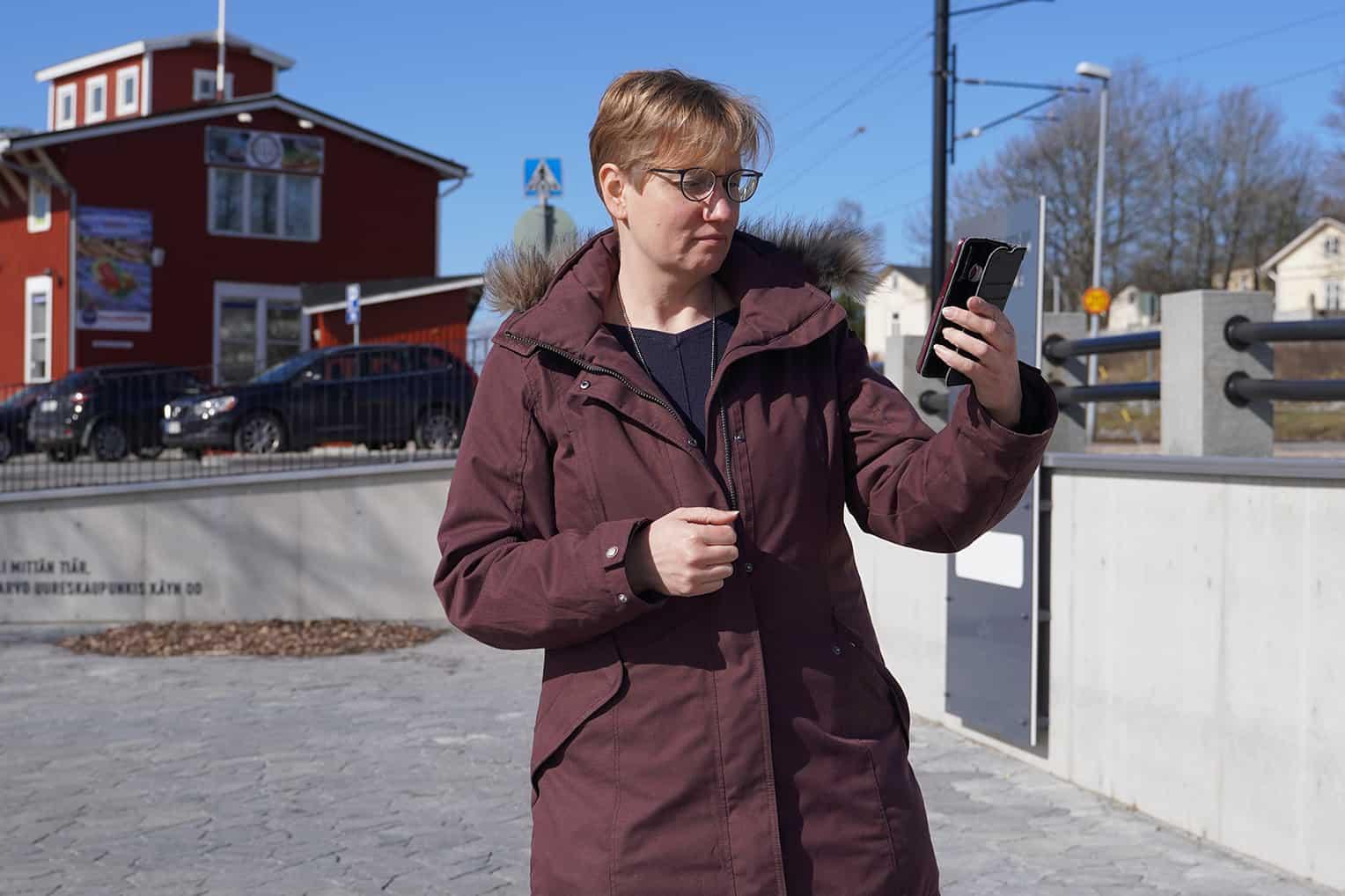 Heidi Jaakkola Uudenkaupungin keskustassa Pakkahuoneen edessä.