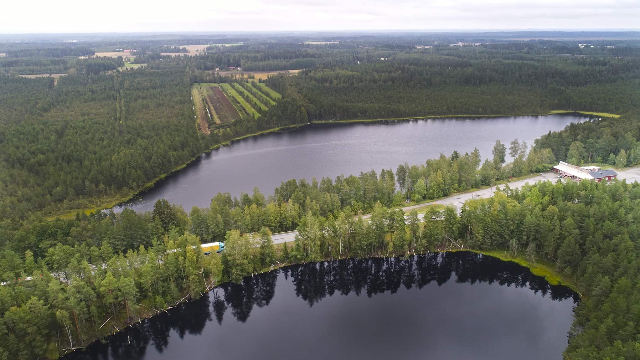 Etualalla pieni Leppijärvi ja sen takana iso Leppijärvi, väliin jää Valtatie 2.