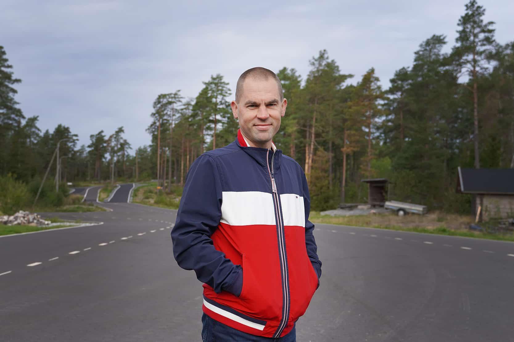Patrick Johansson seisoo rullahiihtoradan lähtöpaikalla.