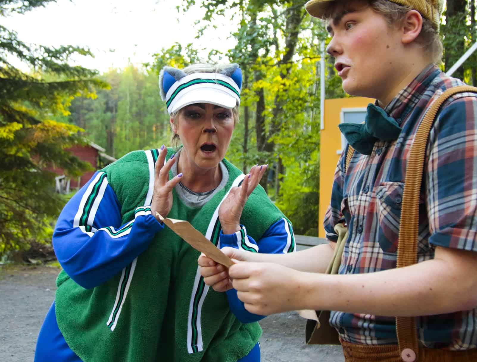 Paksu Lissu katsoo Pekka Töpöhännän saamaa väärennettyä kirjettä.