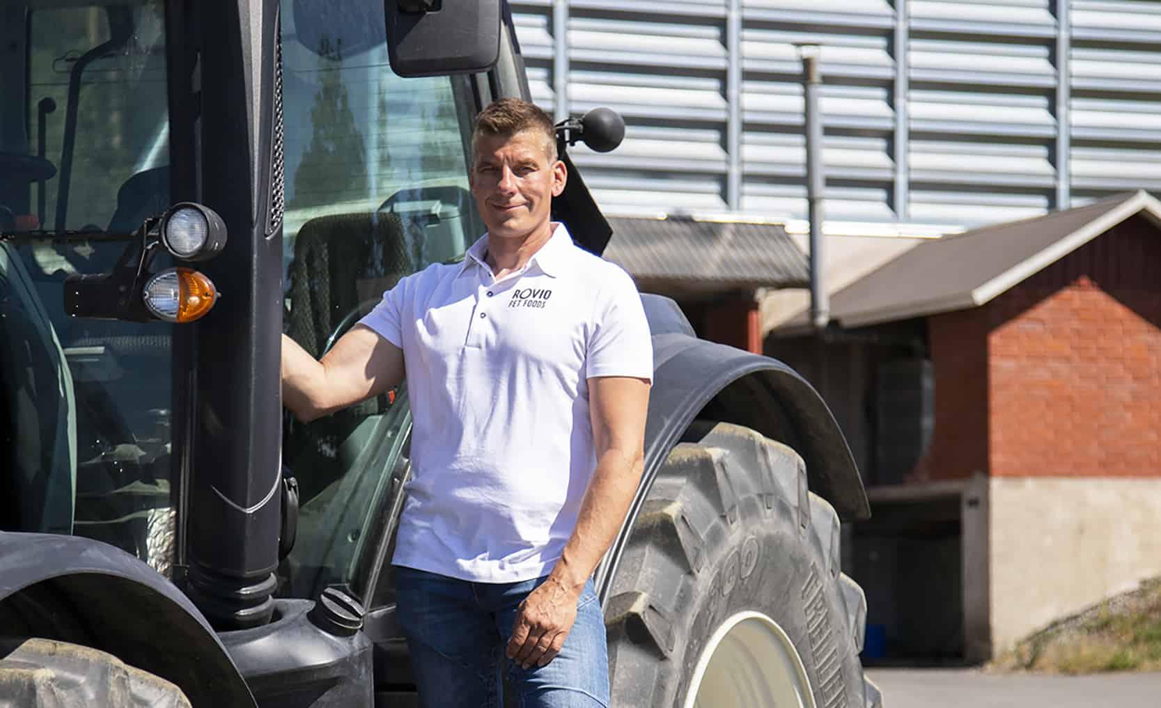 Tero Rovio traktorin vieressä.