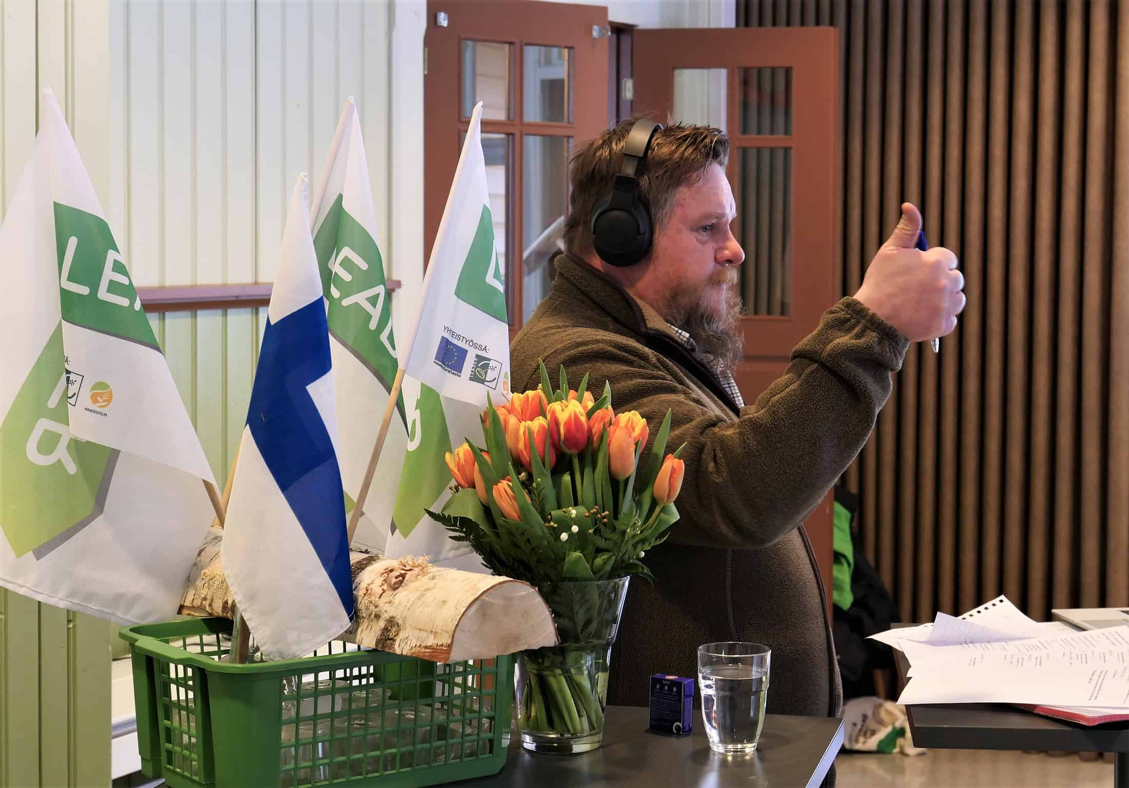 Webinaarin juontaja Lauri Hyttinen näyttää peukkua.