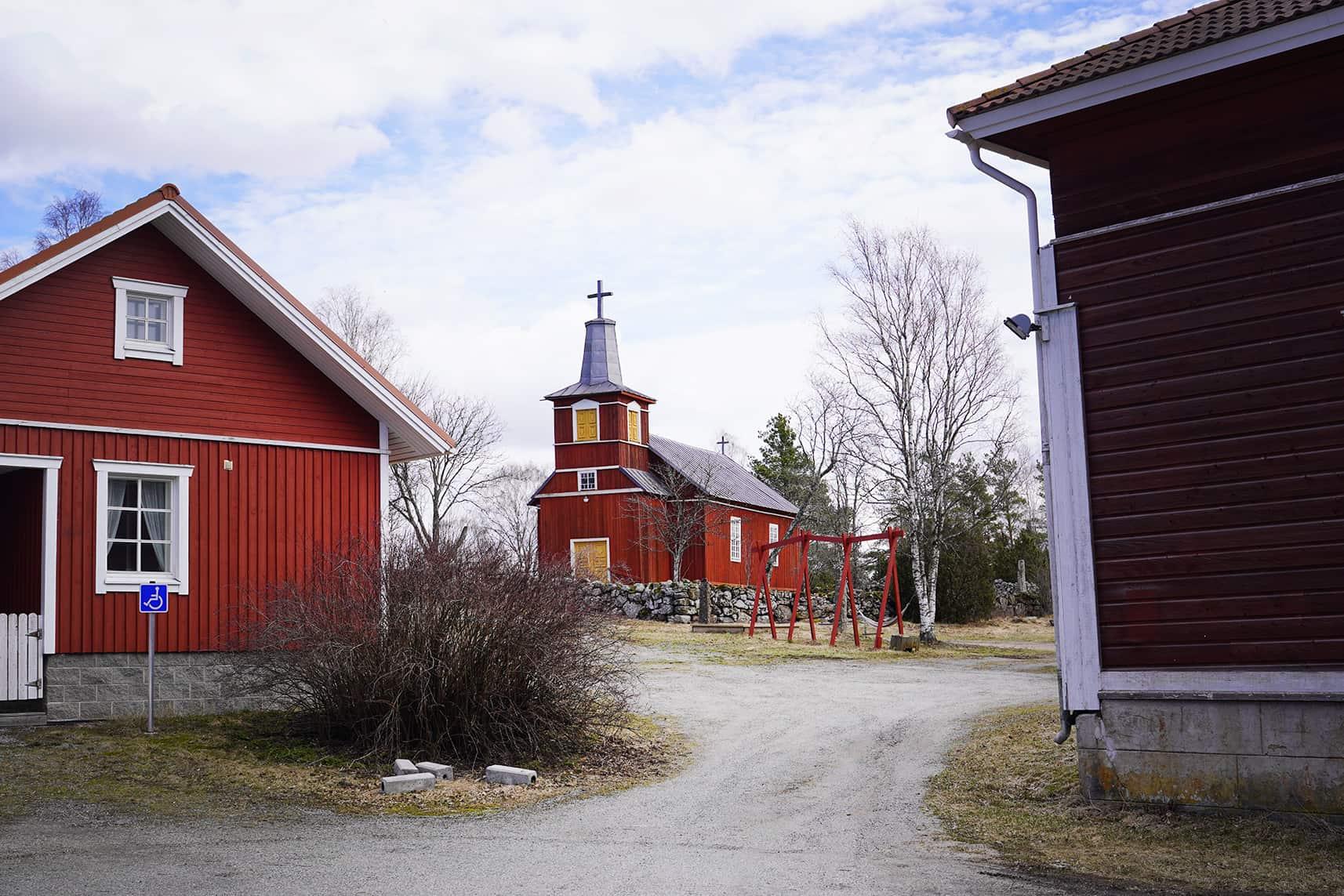 Keskellä kirkko, oikealla Ventolan kylätalo.