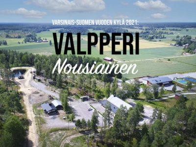 """Ilmakuva Valpperista, jonka päällä teksti """"Varsinais-Suomen Vuoden kylä 2021: VALPPERI Nousiainen."""