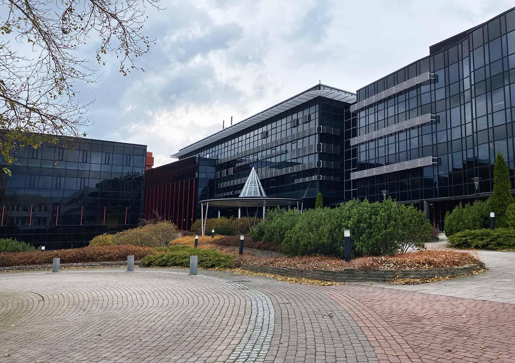 Yrityssalon rakennus.