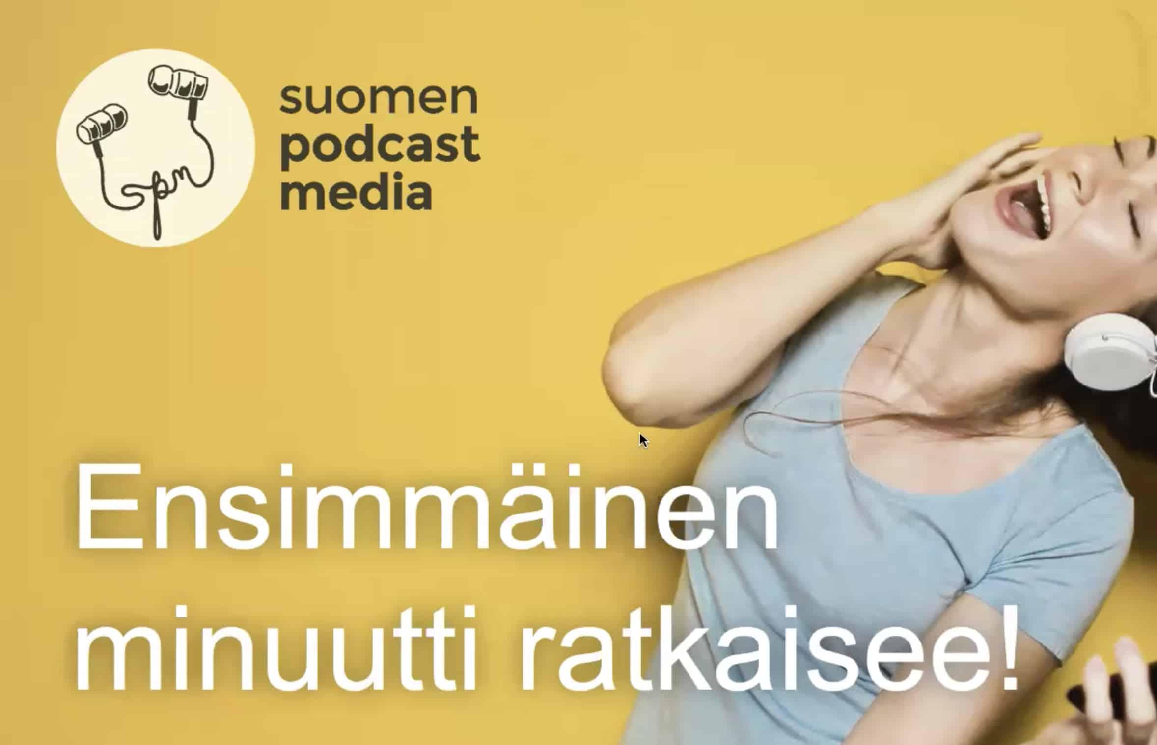 Kuvassa nainen, joka kuuntelee kuulokkeilla, Suomen podcast median logo ja koulutuksen otsikko: Ensimmäinen minuutti ratkaisee.