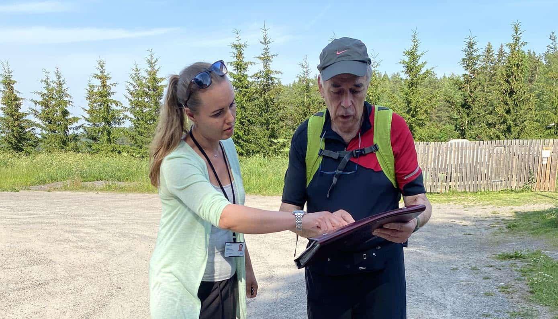 Ympäristösuunnittelija Kukka Hammarström näyttää karttaa miehelle.