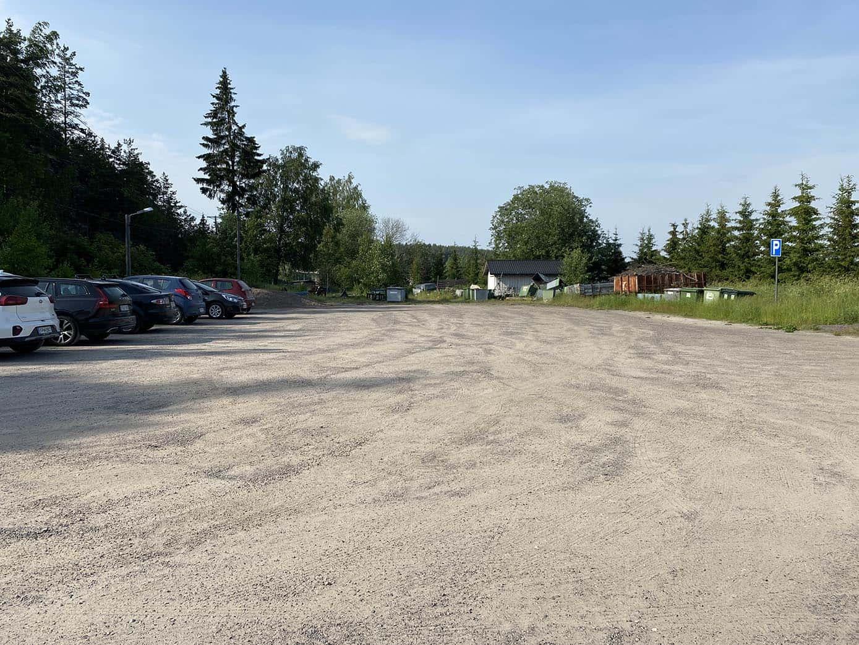 Parkkipaikka, jossa muutamia autoja.