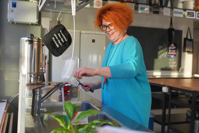 Maija-Lotta Vauramo tiskialtaan äärellä.