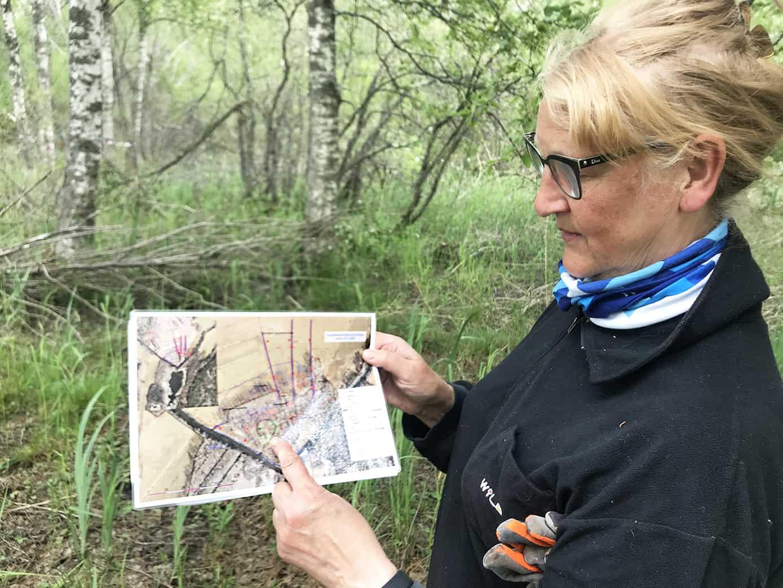 Henkilö esittelee karttasuunnitelmaa.