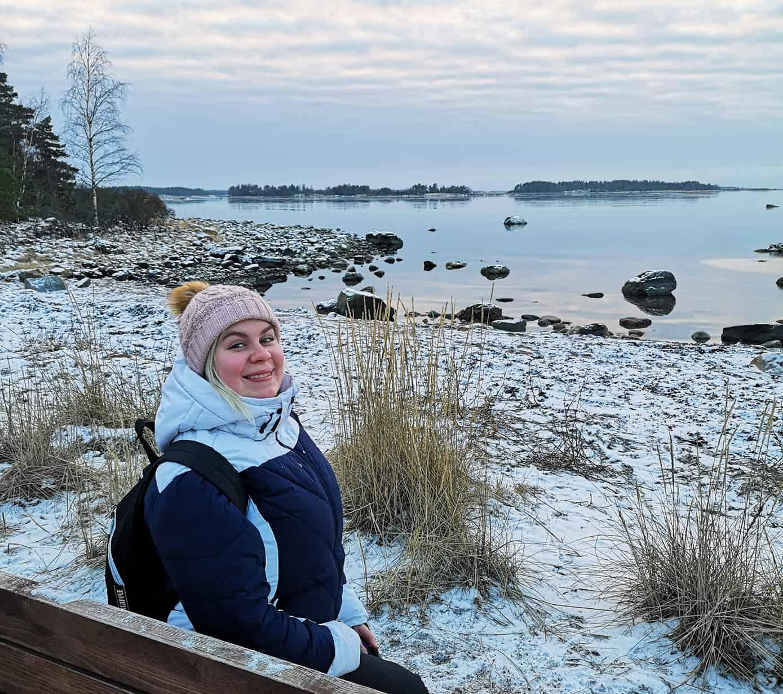 Nina Kuusisto-Huuskonen talvisessa järvimaisemassa.