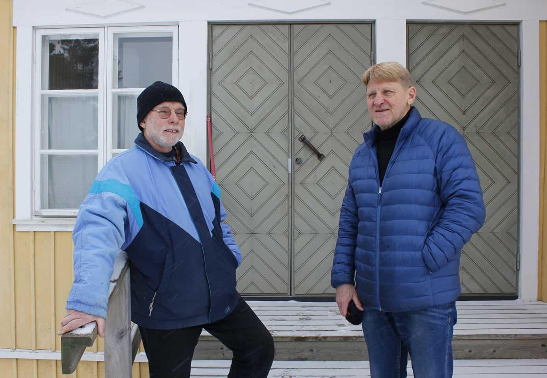 Kuvassa Jukka Vehmas ja Esa Buri seisovat Walon talon portailla.