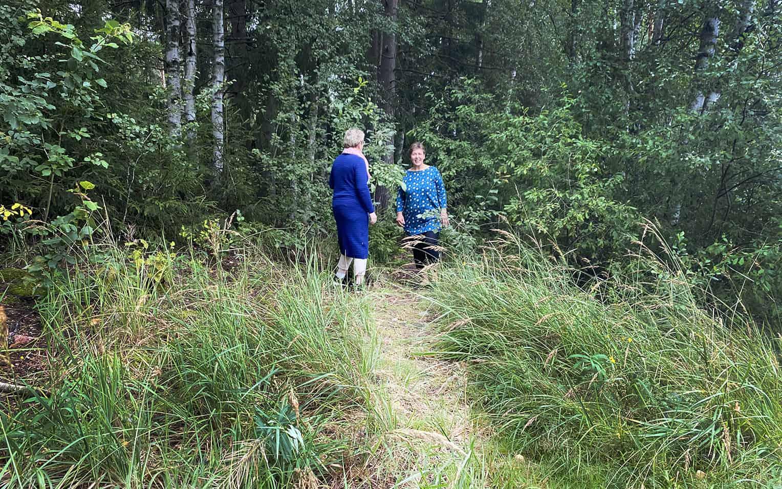 Kaksi naista seisoo polulla.