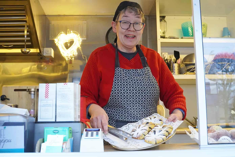 Anne Marie Taina ja lautasellinen joulutorttuja Cafe Simpussa.